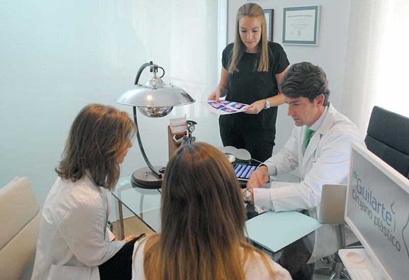 equipo-medico-dr-guilarte-reunido-en-la-consulta-dr-guilarte-madrid